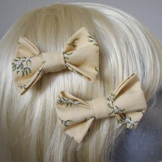 Cream Christmas Mistletoe Bow Hair Clip detail2