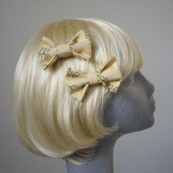 Cream Christmas Mistletoe Bow Hair Clip side