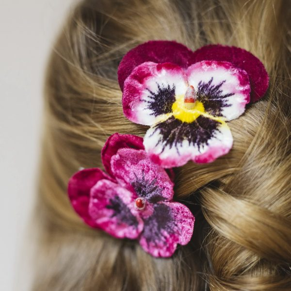 Detail image of Magenta and Fuchsia Large Pansy Flower Gift Set hair clips
